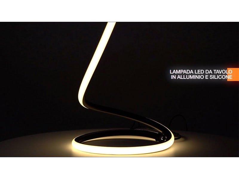 Lampada led da tavolo 17W 3000K nera in alluminio e silicone con cavo alimentazione presa EU V-TAC VT-7312-B